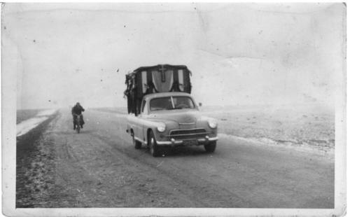 Zima, 1964 r. Obraz Matki Boskiej Częstochowskiej przybył do Smogorzowskiego kościoła samochodem marki Warszawa. Fotografia z kolekcji p. Edwarda Pelca.