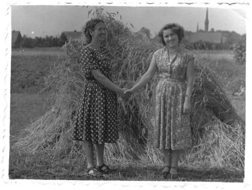 Julia Głębocka i Anna Illich. Fotografię udostępniła p. Adela Derewenda.