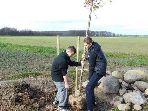 Młodzież szkolna pomaga w sadzeniu drzew