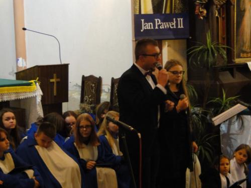 Podczas półtoragodzinnego koncertu uczniów wsparli również absolwenci Zespołu Szkół wTrzcinicy.