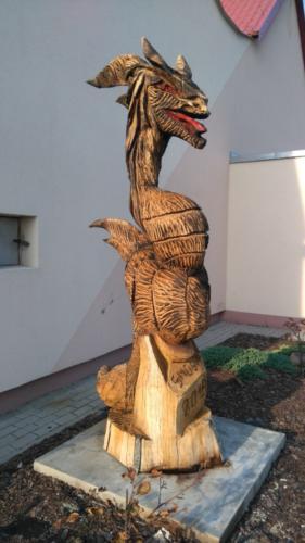 Rzeźba smoka przed świetlicą wiejską przy ul. Głównej.