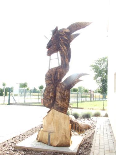 Wizerunek bohatera legendy smogorzowskiej został ustawiony przedbudynkiem hali sportowej iświetlicy wiejskiej przy ul.Głównej.