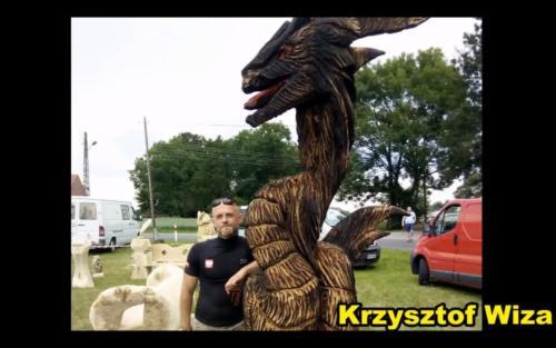 Rzeźbiarz Krzysztof Wiza zesmokiem.