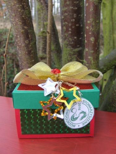 Ręcznie robione pudełka skrywają wśrodku świąteczne inoworoczne życzenia.